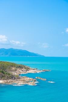 Mooie hoge menings tropische zee oceaan met witte wolk blauwe hemel voor reisvakantie