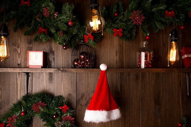 Mooie holdiay ingerichte kamer met kerstboom met cadeautjes eronder.