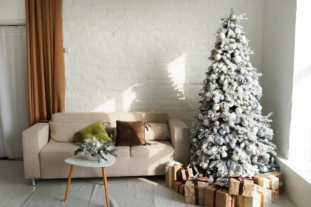 Mooie holdiay ingerichte kamer met kerstboom met cadeautjes eronder