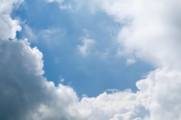 Mooie hoopwolken en blauwe hemel en zonlichtachtergrond