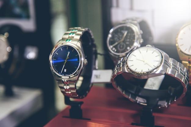 Mooie horloges voor vrouw op winkel