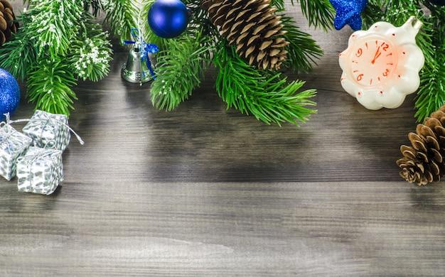 Mooie houten achtergrond met kerstmisspeelgoed op bovenkant