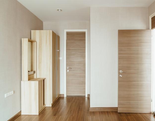 Mooie houten kledingkast