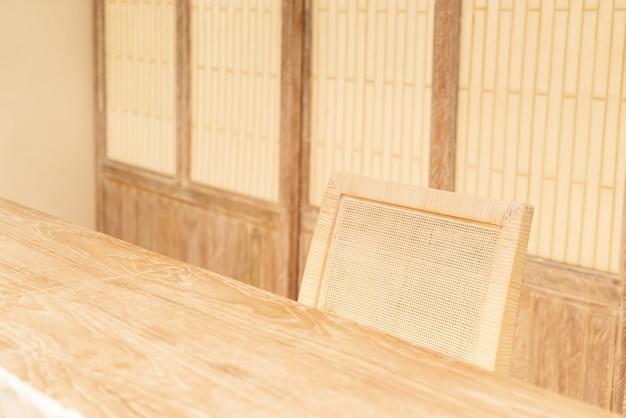 Mooie houten stoel met warm licht decoreren in een kamer