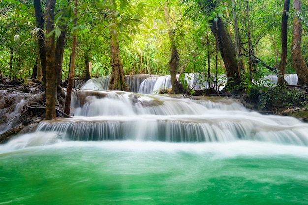 Mooie huay mae khamin-waterval in tropisch regenwoud bij nationaal park srinakarin