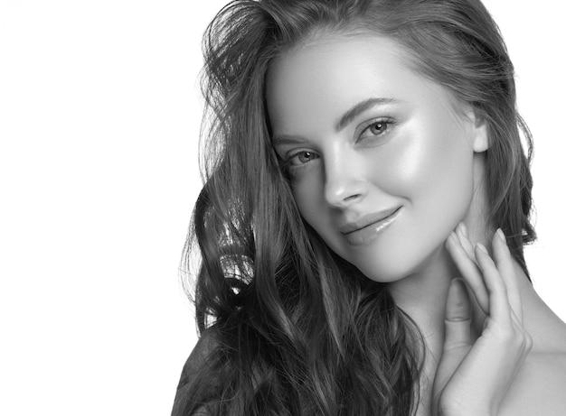 Mooie huid en gezond haar vrouw schone natuurlijke make-up geïsoleerd op wit cosmetisch concept. studio opname. monochroom. grijs. zwart en wit.