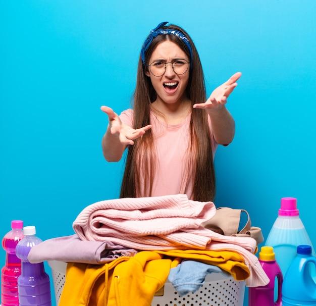 Mooie huishoudster vrouw kleren wassen