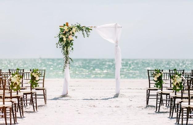 Mooie huwelijksboog op het strand. huwelijksceremonie in een tropische stijl