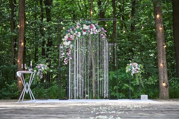 Mooie huwelijksboog voor ceremonie in rustieke stijl gelegen in het bos