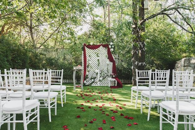 Mooie huwelijksceremonie in het park