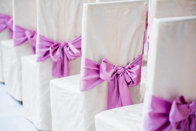 Mooie huwelijksdecoratie en boog van bloemen. stijlvolle bruiloft.