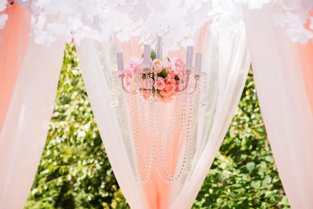 Mooie huwelijksdecoratie en boog van bloemen
