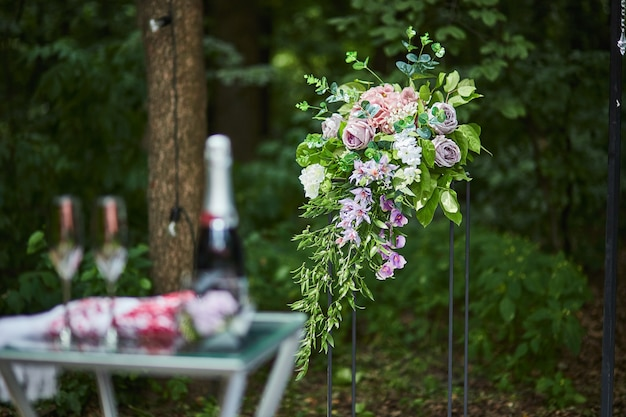 Mooie huwelijksdecoratie klaar voor ceremonie in het bos