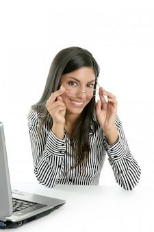 Mooie indiase brunette zakenvrouw laptop