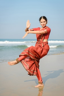 Mooie indiase vrouw danser in traditionele kleding