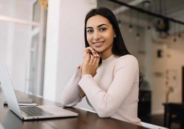 Mooie indiase vrouw freelancer met behulp van laptop, werken vanuit huis. student studeren, afstandsonderwijs, online onderwijsconcept