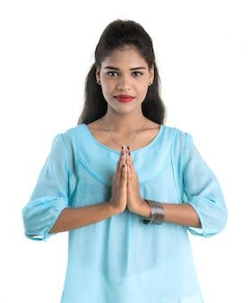 Mooie indiase vrouw met welkome uitdrukking (uitnodigend), groet namaste