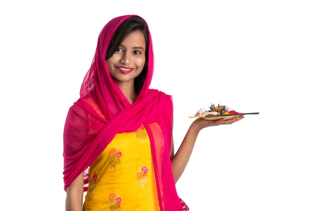 Mooie indische jonge poojathali van de meisjesholding of het uitvoeren van verering