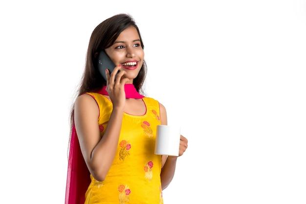 Mooie indische vrouw die een traditionele sari het drinken van thee draagt