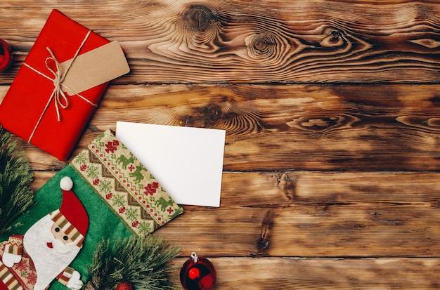 Mooie ingepakte kerstcadeaus op houten