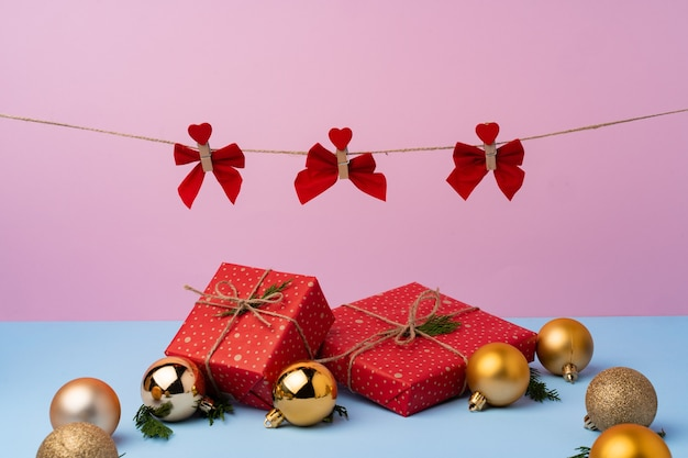 Mooie ingepakte rode git-dozen voor de kerstviering