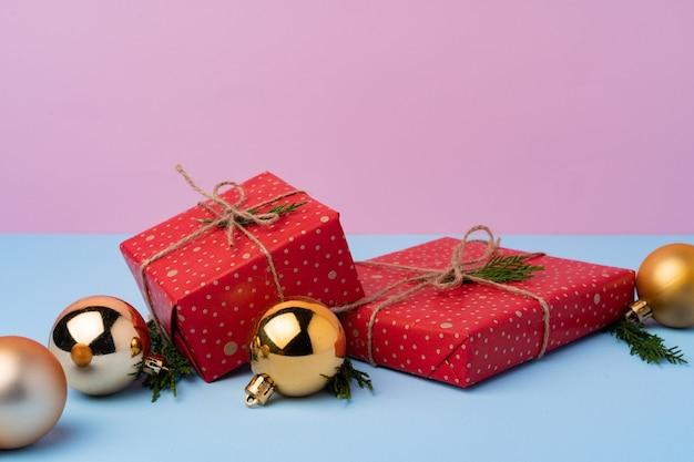 Mooie ingepakte rode git-dozen voor kerstviering