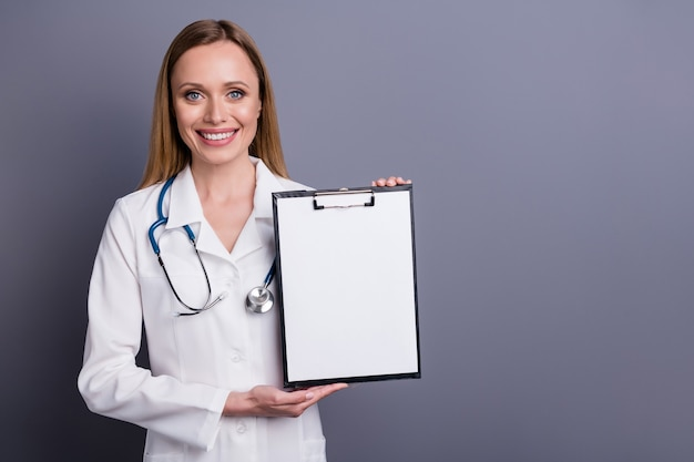 Mooie inhoud vrolijk meisje doc met medisch formulier