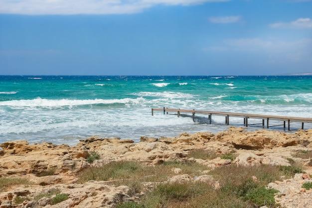 Mooie jachthaven aan de aardoever van het zeeoppervlak