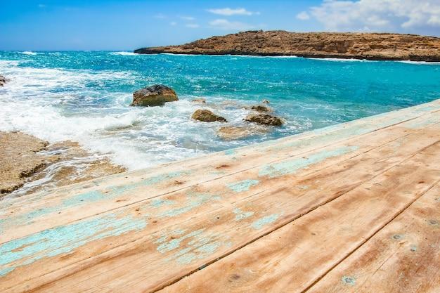 Mooie jachthaven aan de natuur oever van het zeeoppervlak