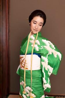Mooie japanse vrouw die een obi . aandoet