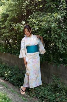 Mooie japanse vrouw die een traditionele kimono draagt