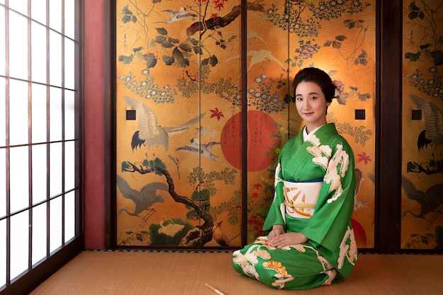 Mooie japanse vrouw in een groene kimono