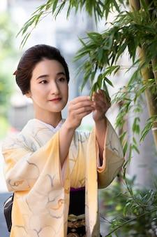 Mooie japanse vrouw in een kimono buitenshuis