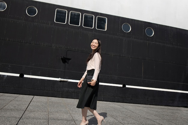 Mooie japanse vrouw in een stedelijke omgeving