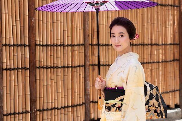 Mooie japanse vrouw in kimono met kopie ruimte
