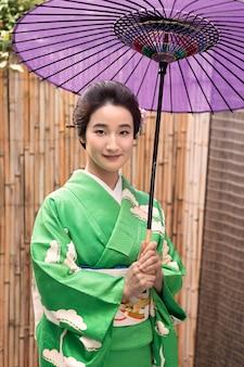 Mooie japanse vrouw met een paarse paraplu