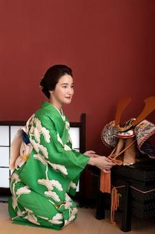 Mooie japanse vrouw naast traditioneel object