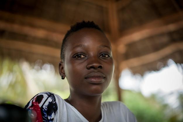 Mooie jonge afrikaanse meisje buitenshuis