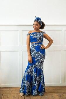 Mooie jonge afrikaanse vrouw in klederdracht