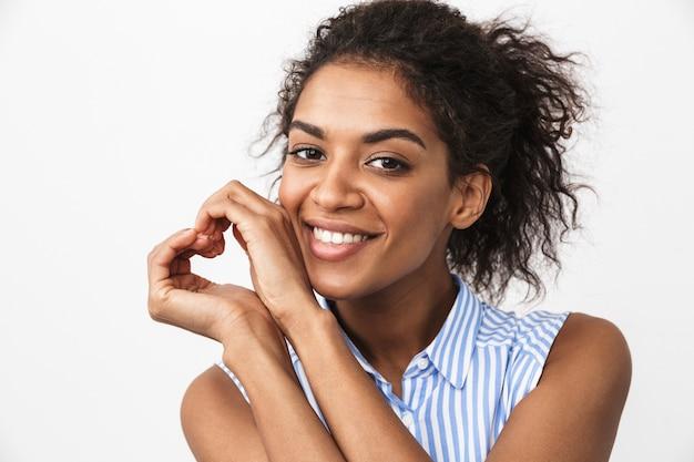Mooie jonge afrikaanse vrouw permanent over wit, liefde gebaar tonen