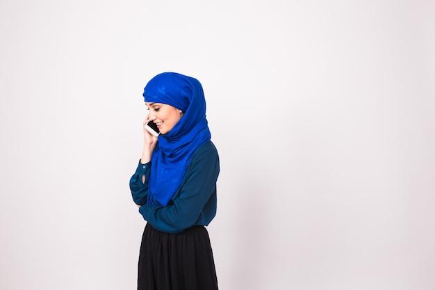 Mooie jonge arabische vrouw praten op mobiele telefoon.