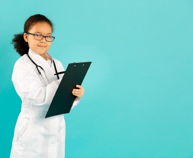 Mooie jonge arts die exemplaarruimte schrijft