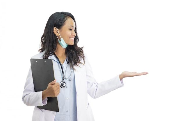 Mooie jonge arts die lege ruimte voorstelt