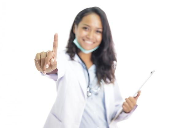 Mooie jonge arts die terwijl het beweren als wat betreft het scherm glimlacht