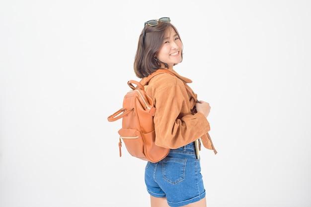 Mooie jonge aziatische gelukkige toeristenvrouw