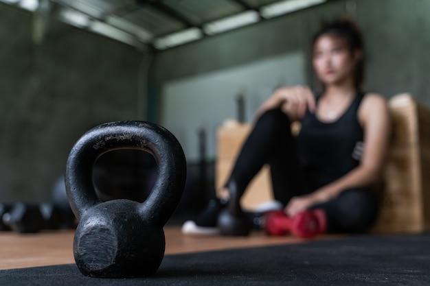 Mooie jonge aziatische gorlw uit te werken in de sportschool voor gezondheid en fitness