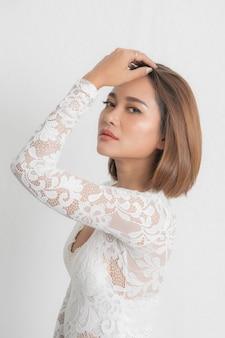 Mooie jonge aziatische mode wit overhemd.