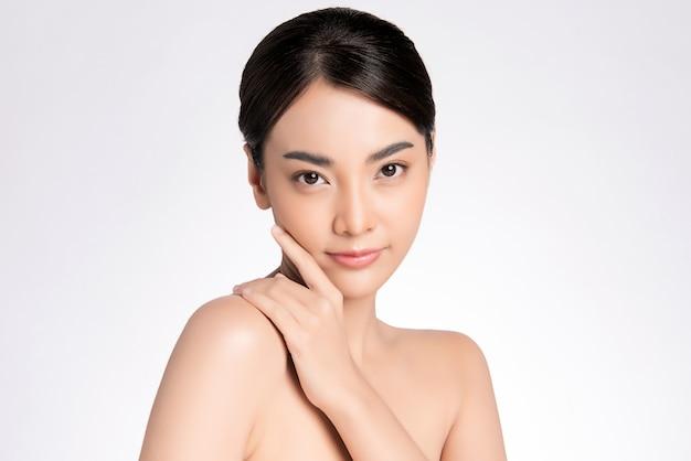 Mooie jonge aziatische vrouw met schone frisse huid, gezichtsverzorging, gezichtsbehandeling, cosmetologie, schoonheid, aziatisch vrouwenportret,