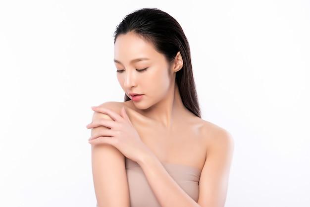 Mooie jonge aziatische vrouw met schone frisse huid. gezichtsverzorging, gezichtsbehandeling, cosmetologie, schoonheid en gezonde huid en cosmetische concept, vrouw schoonheid huid geïsoleerd op een witte muur