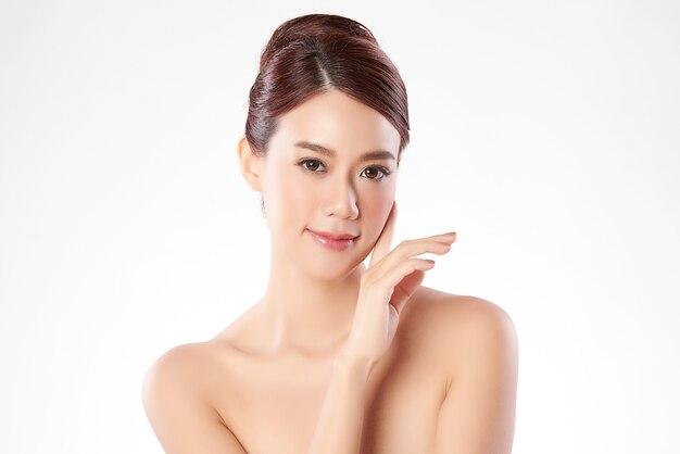Mooie jonge aziatische vrouw met schone frisse huid ,, gezichtsverzorging, gezichtsbehandeling. cosmetologie, schoonheid en spa. aziatisch vrouwenportret